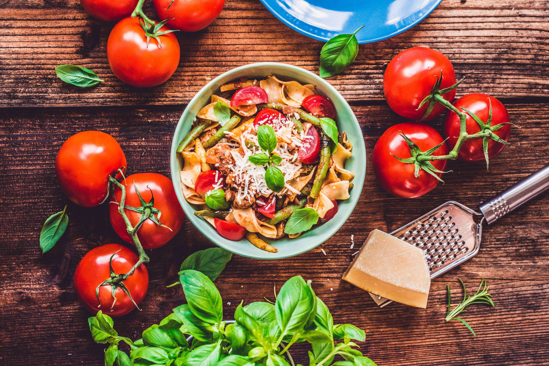 Makaron z kurczakiem, fasolką szparagowa i sokiem pomidorowym
